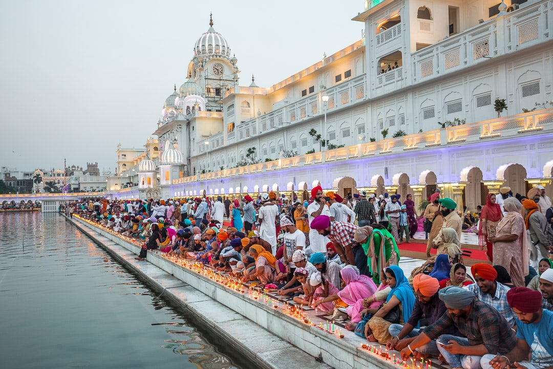 Crowds light candles for Diwali Amritsar, Indiandia
