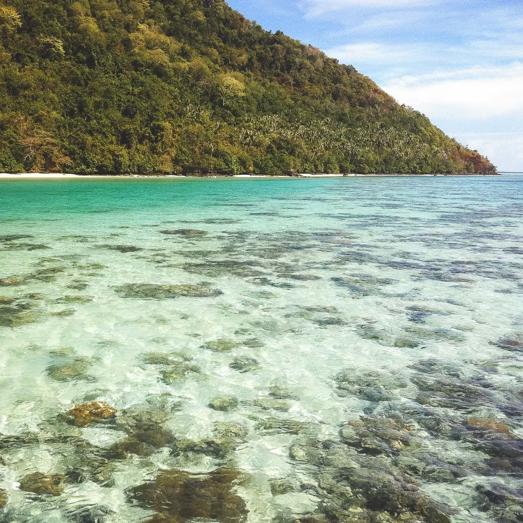 The clear waters of Bohey Dulang Island. Dive sites in Borneo, Malaysia.