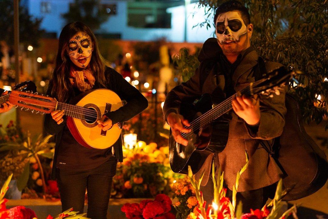 Musicians playing guitars at Panteon Viejo Xoxocotlan